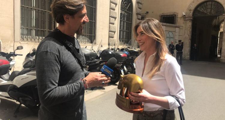 Francesco Gabbani riceve il Tapiro: