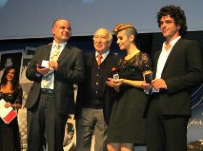 Emanuele Pecoraro (regista) premiato da Giuliano Montaldo (regista) con gli attori Greta Scarano e Giovanni Anzaldo (1)