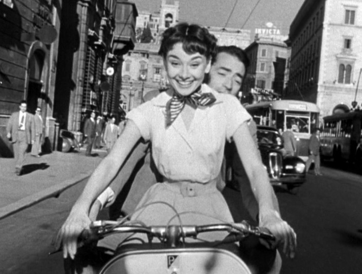 Dolce vita Audrey_Hepburn_and_Gregory_Peck_on_Vespa_in_Roman_Holiday_trailer